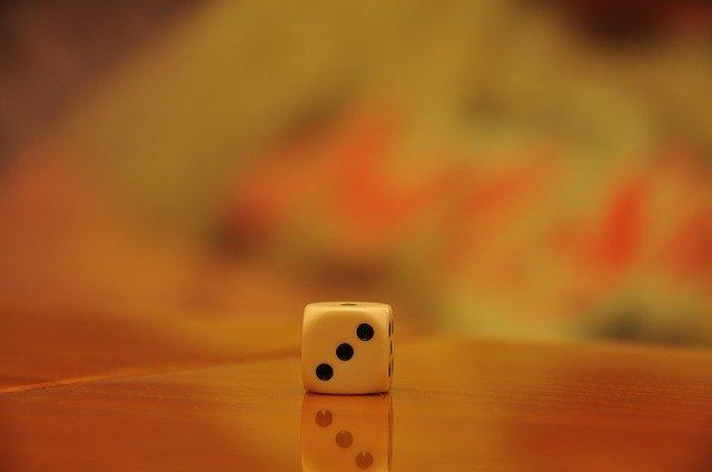 hrací kostka, bíla