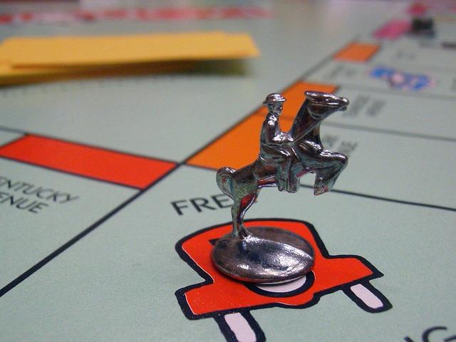 záběr na hrací plochu monopoly s hrací figurkou