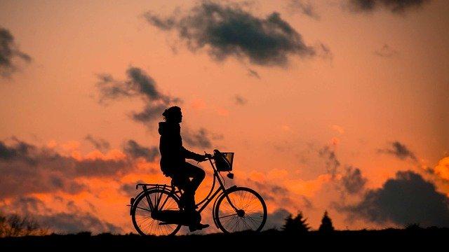 žena jede na kole