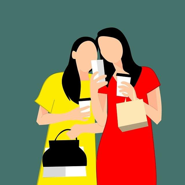 dvojice slečen si prohlíží výsledky na mobilu